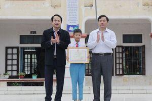 Bộ trưởng Bộ GD&ĐT tặng bằng khen cho học sinh trả lại của rơi