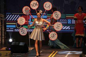 Gần 1.500 sinh viên tham gia lễ hội thời trang 'phong cách' biển báo