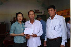Báo Tiền Phong trao tiền hỗ trợ gia đình 'hiệp sĩ' Nguyễn Văn Thôi