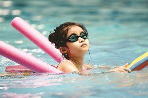 Trẻ em hào hứng học bơi