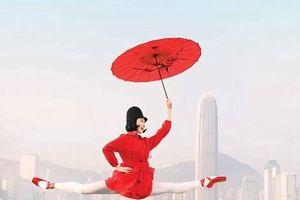 Hong Kong: Vũ công ballet 'bay' giữa không trung quảng bá du lịch