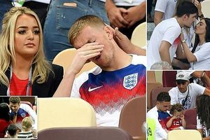 Tuyển Anh được các người đẹp vỗ về an ủi sau trận thua Croatia