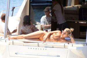 Ca sỹ Rita Ora gợi cảm với bikini