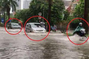 Clip: Hà Nội ngập nặng, ô tô, xe máy bì bõm bơi trong biển nước
