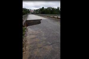 Kinh hoàng khoảnh khắc mưa lũ cuốn sập cầu ở Phú Thọ