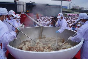 Cận cảnh tô phở bò 1,3 tấn, lớn nhất thế giới của Việt Nam