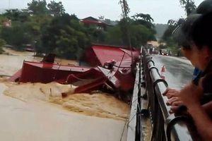 Nước sông dâng cao, tàu bè trôi tự do đâm hỏng cầu ở Phú Thọ