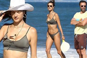 Alessandra Ambrosio thả dáng tắm biển cùng tình cũ 10 năm không cưới