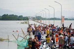Hà Nội: Đường thành sông, người người đổ xô đi bơi lội, bắt cá