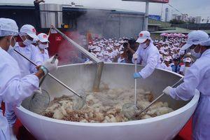 Cận cảnh bát phở bò nặng hơn 1,3 tấn tại Việt Nam