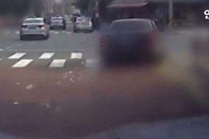 Nữ đại gia vừa lái xe sang vừa rải hơn 300 triệu xuống đường gây xôn xao