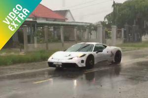 Dàn siêu xe bạc tỷ 'ngụp lặn' dưới cơn mưa bão tại Long An