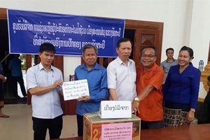 Đoàn Kinh tế-Quốc phòng 385 (Binh đoàn 15) thăm, tặng quà, khám bệnh, cấp thuốc miễn phí cho người dân Lào
