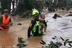 Khoảnh khắc người hùng giải cứu đội bóng Thái Lan cứu sống bé trai Lào khỏi vùng rốn lũ