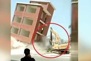 Clip: Kinh hãi nhà cao tầng vỡ vụn, chôn vùi máy xúc cùng tài xế