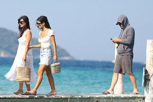 Tài tử Leonardo DiCaprio du lịch cùng mẹ vợ kém tuổi