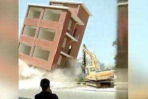 Clip nhà cao tầng đổ sụp chôn vùi máy xúc cùng tài xế