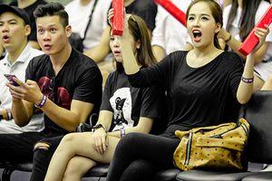 Mai Phương Thúy reo hò, cổ vũ cuồng nhiệt khi đi xem bóng rổ
