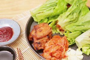 Hấp dẫn với thịt ba chỉ nướng chảo cuộn xà lách kiểu Hàn