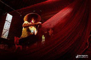 Kiếm cơm từ nghề vá lưới