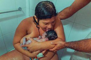 Sau sinh thuận tự nhiên, bà mẹ liếm con gây bùng nổ MXH