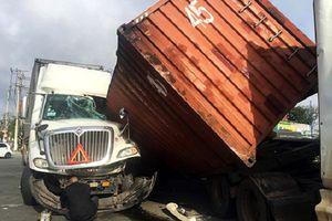 2 container đâm dồn toa, tài xế bị thương trong cabin bẹp dúm
