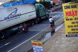 Nữ 'Ninja' suýt mất mạng vì va chạm với xe container khi sang đường