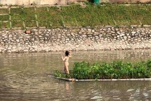 Cô gái mặc nội y hồn nhiên bơi sông Tô Lịch rồi leo lên bè gỗ tạo dáng vẫn chưa tỉnh táo