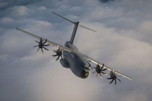 Chiêm ngưỡng màn nhào lộn của 'gã vận tải khổng lồ' A400M trên bầu trời Anh