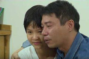 Công Lý bật khóc khi con gái đập lợn đất, trả tiền thuê nhà giúp bố