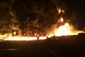 Cháy nhà máy nhựa ở Anh: 'Lốc lửa' xoáy cao gần 15 mét