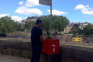 Chỉ có ở Paris: Xây bồn tiểu tiện trên phố vừa phục vụ quý ông vừa trồng hoa