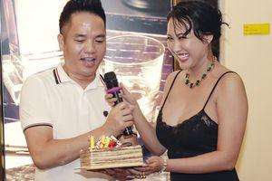 Phi Thanh Vân khoe vòng 1 tròn 1m trong sinh nhật ông bầu Quang Cường