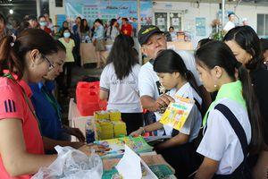 Hình ảnh tại 'phiên chợ 0 đồng' đem niềm vui đến bệnh nhân nghèo