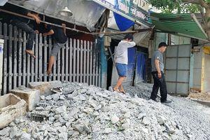 Đổ tấn đá bịt cửa tiệm internet để đe dọa: Lời lạ