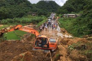 Lào Cai: Sạt lở đất trên tỉnh lộ 153 vùi lấp 2 người