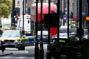Lao xe vào hàng rào an ninh của tòa nhà Quốc hội Anh
