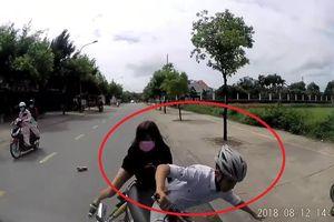 Clip: Tránh xe máy đánh võng, thanh niên chở bạn gái đâm trực diện ô tô