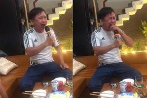 Người đàn ông vừa khóc nức nở vừa vật vã hát 'Nhật ký của mẹ' khiến dân mạng cười té ghế