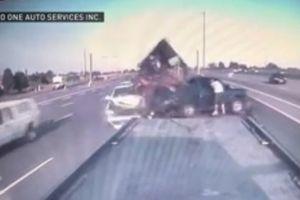 Lexus đâm nát xe bán tải trên đường cao tốc