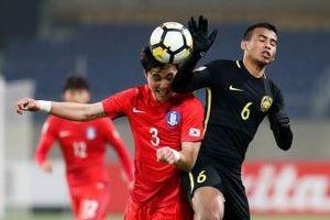 Safawi Rasid đạp thẳng vào ngực thủ môn Hàn Quốc tại VCK U23 châu Á