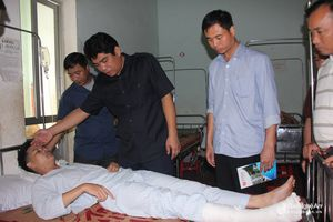 Thăm hai chiến sỹ công an bị thương khi giúp dân tránh bão