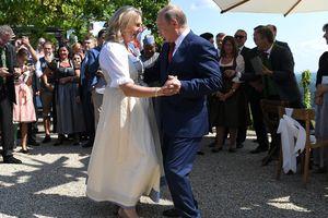 Tổng thống Nga Putin khiêu vũ cùng Ngoại trưởng Áo trong đám cưới của bà