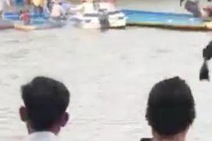Đò dọc hết đăng kiểm lật úp, 1 người chết, 9 người may mắn bơi vào bờ