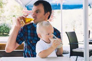 Điều gì sẽ xảy ra khi cha mẹ uống rượu bia trước mặt con cái?