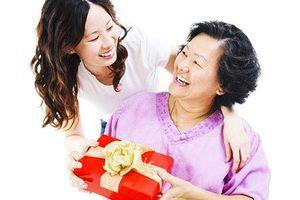 Tặng cha mẹ quà đắt tiền lễ Vu lan: Thành tâm và thực lòng là món quà vô giá