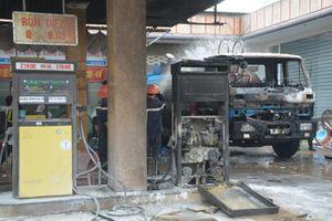 Cây xăng cháy dữ dội khi đang tiếp nhiên liệu, dân tháo chạy
