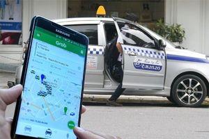 Lại cuộc chiến giữa taxi truyền thống và Grab: Khái niệm xe hợp đồng điện tử bị 'ném đá'
