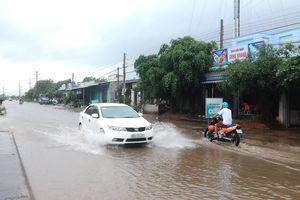 Bức xúc vì cứ mưa là đường biến thành… sông