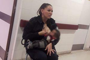 Cảm động nữ cảnh sát cho em bé sơ sinh bú trong khi đang làm nhiệm vụ